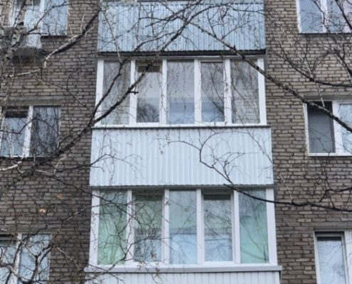 застекление и отделка балкона профнастилом