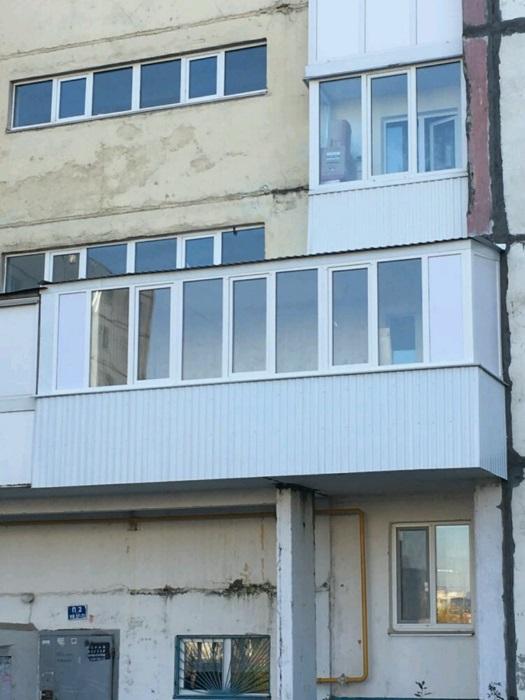 остекление и отделка длинного балкона